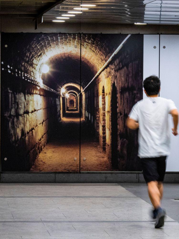 Ein Jogger in der U-Bahn-Galerie
