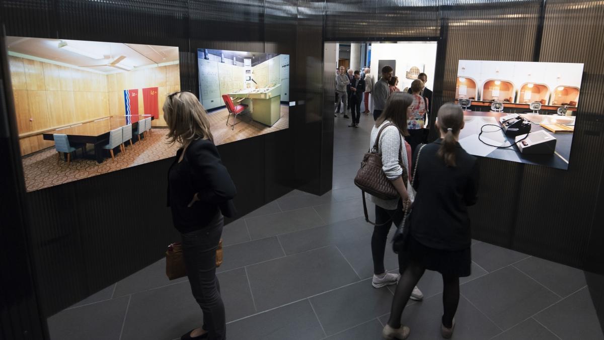 Besucherinnen betrachten Ausstellungsfotos