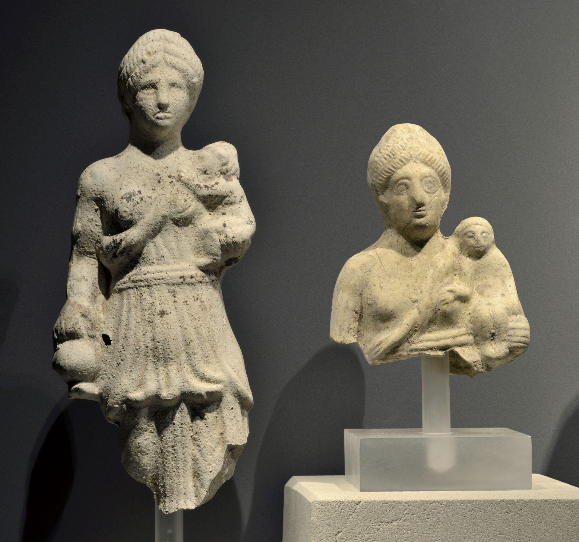 Skulptur einer stehenden Göttin mit Kind im Römerkeller des Hauses der Geschichte in Bonn