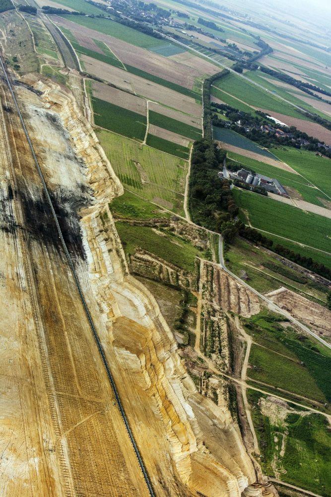 Grenze zwischen Tagebaugebiet und landwirtschaftlicher Fläche. Otzenrath, Nordrhein-Westfalen 2007