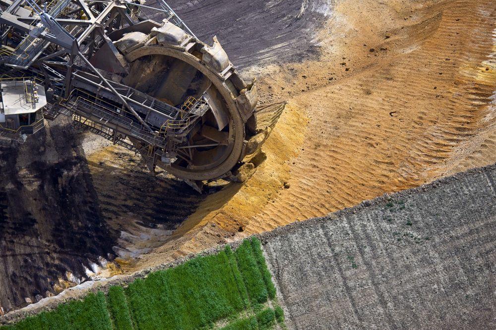 Schaufelradbagger entfernt die Deckschicht über einer Braunkohlelagerstätte. Garzweiler, Nordrhein-Westfalen 2010
