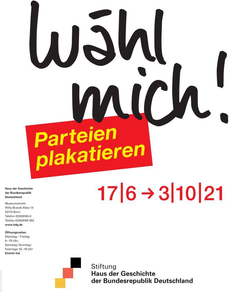 Weißes Plakat mit dem schwarzen Ausstellungstitel, dem gelben Untertitel in einer roten Box und den Informationen zur Laufzeit der Ausstellung.