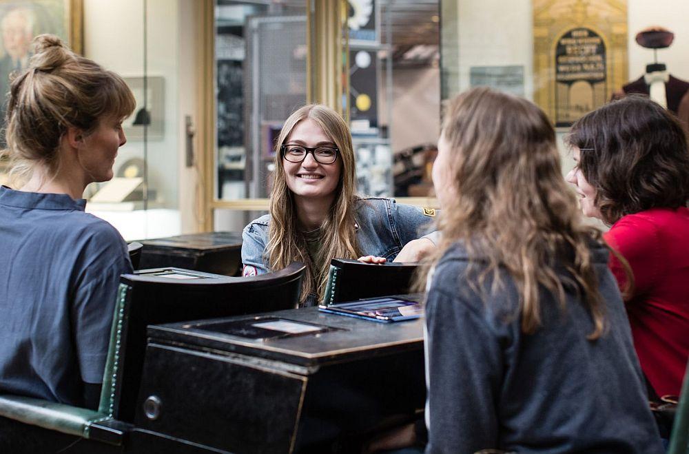 Jugendliche unterhalten sich im Haus der Geschichte Bonn