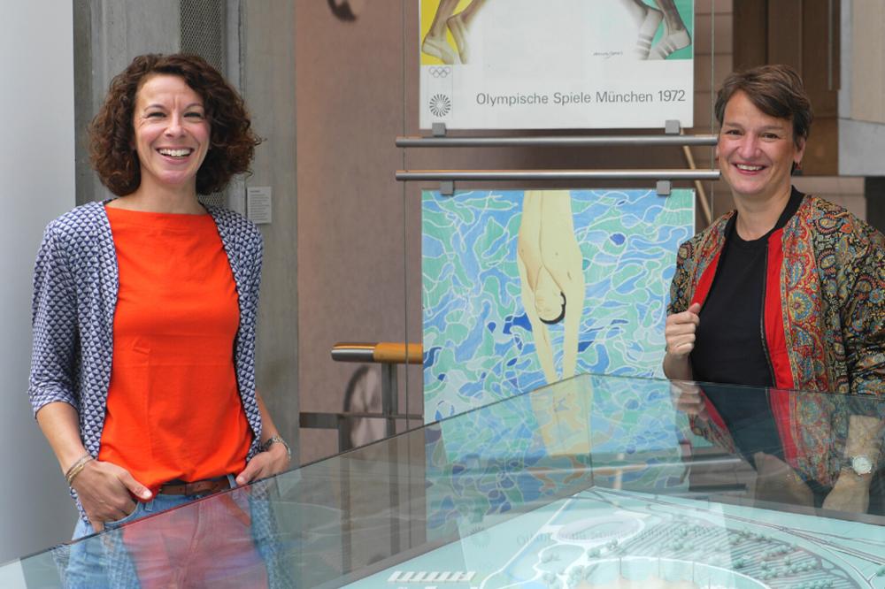 Ellen Lehmann, Leiterin der Online-Redaktion, und Dr. Simone Mergen, Bildungsreferentin, in der Dauerausstellung