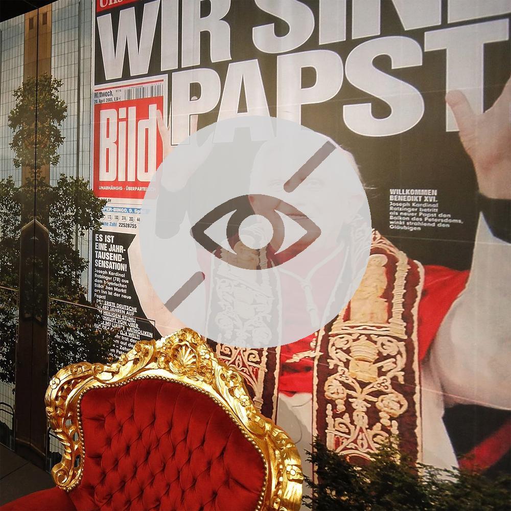 """Papststuhl in der Ausstellung """"Deutsche Mythen seit 1945"""" mit Symbol für Sehbeeinträchtigung"""