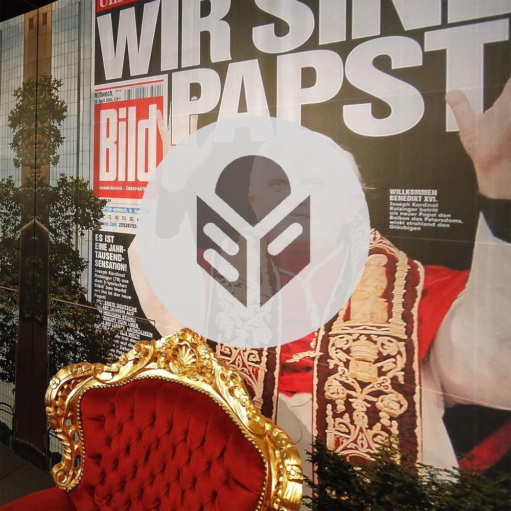 """Papststuhl in der Ausstellung """"Deutsche Mythen seit 1945"""" mit Symbol für Leichte Sprache"""