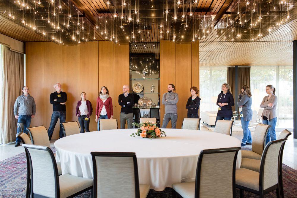 Eine Gruppe Besucher im Esszimmer des Kanzlerbungalows