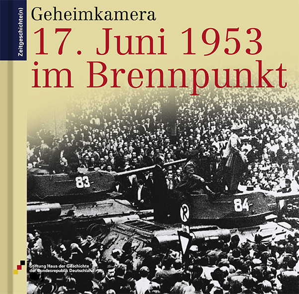 Buch 17. Juni 1953 im Brennpunkt mit einem Foto mit Panzern in einer Menschenmenge