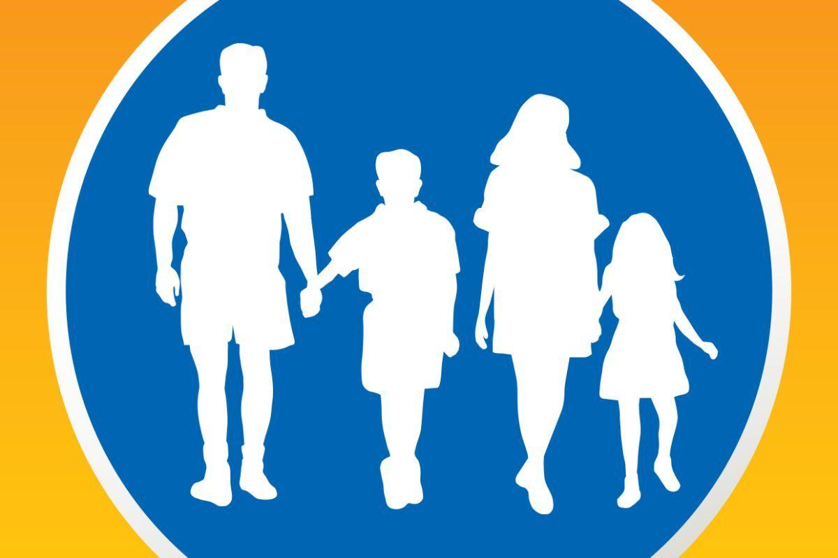 Im Stile eines Verkehrsschildes ist in einem blauen Kreis mit weißer Farbe eine Familie abgebildet