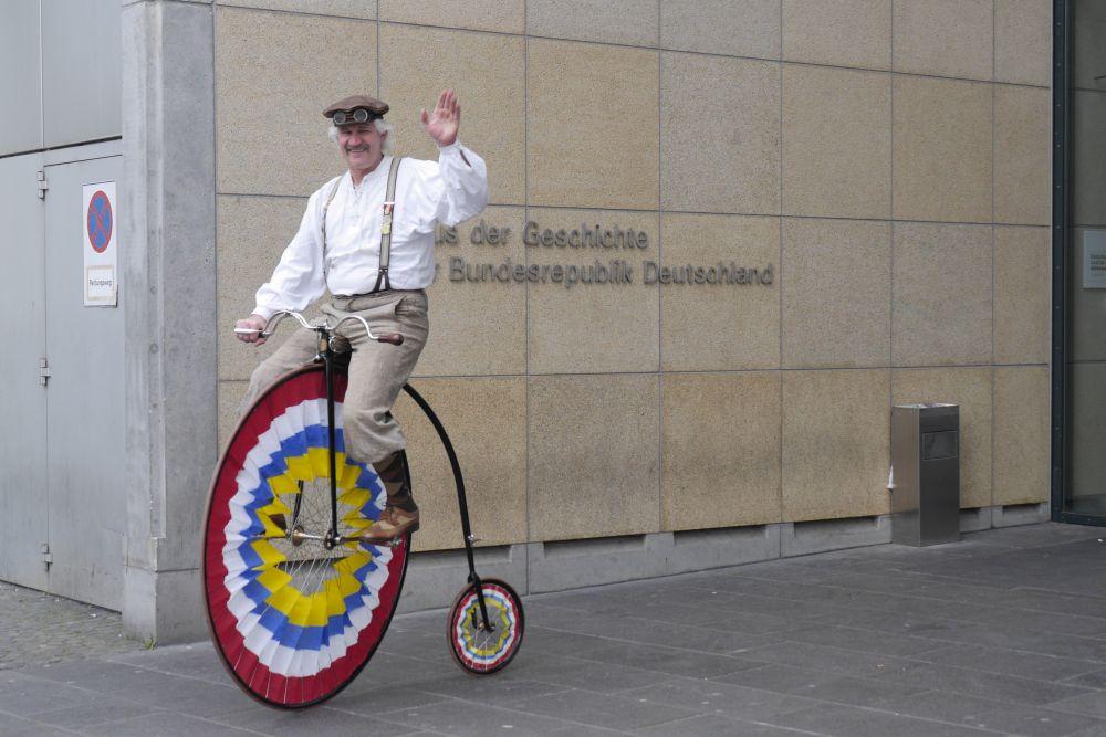 Gerd Jajschik auf dem Nachbau eines historischen Hochrads
