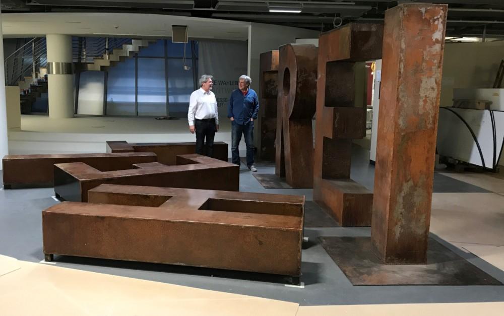 """Dr. Jürgen Reiche mit Thomas """"Monster"""" Schoppe vor der Installation """"FREIHEIT"""" von Hüseyin Arda"""
