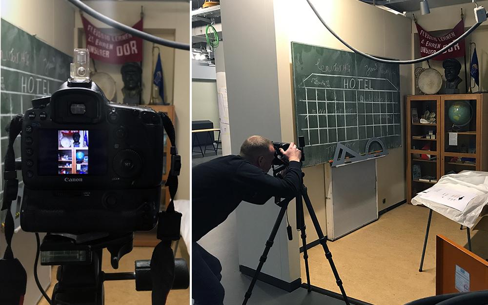 Fotograf Stefan Hoyer fotografiert das Klassenzimmer
