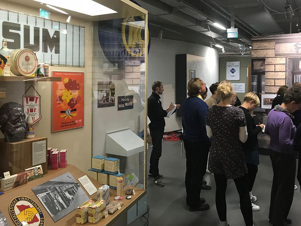 Unsere Besucherbegleiter bereiten sich auf Begleitungen durch die neue Dauerausstellung vor