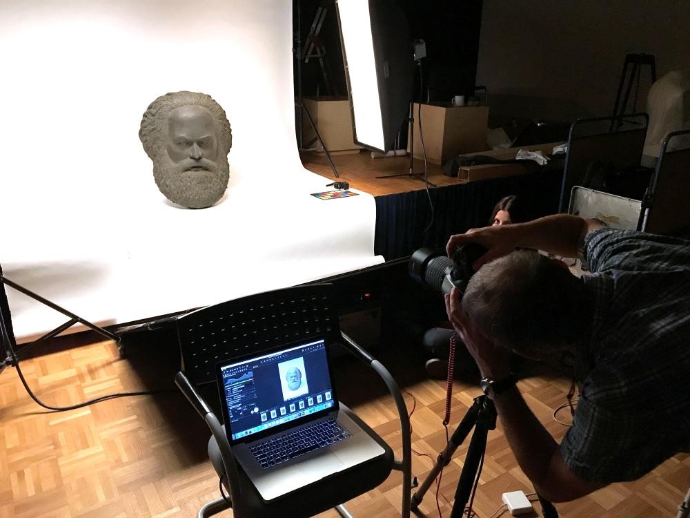 Die Büste von Karl Marx wird fotografiert