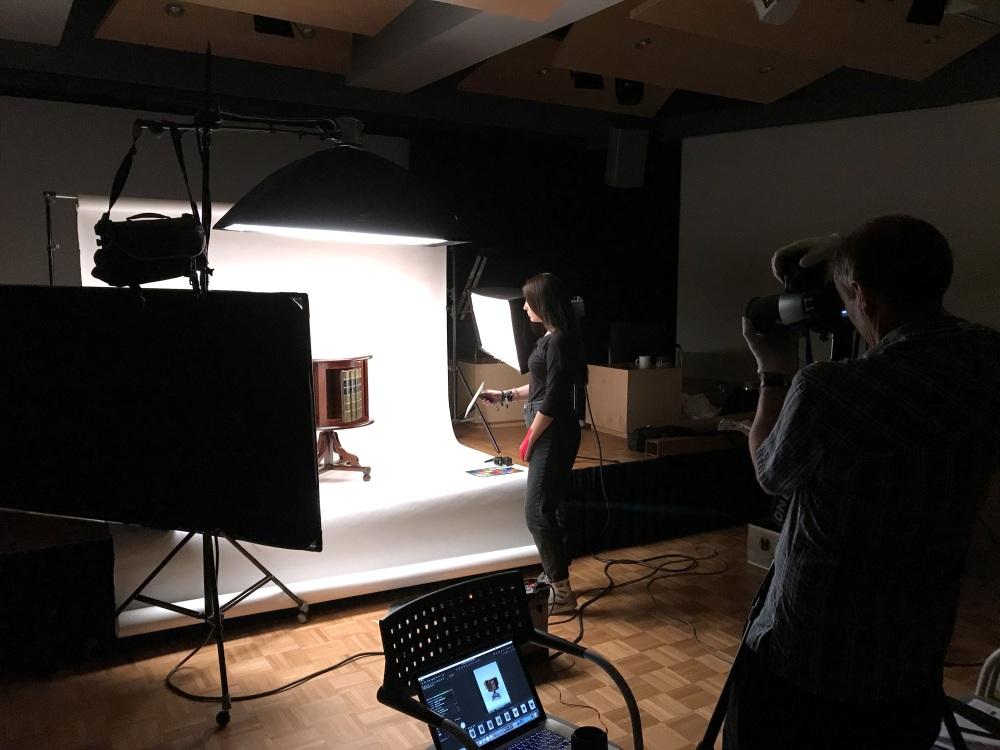 Das Drehschränkchen wird fotografiert