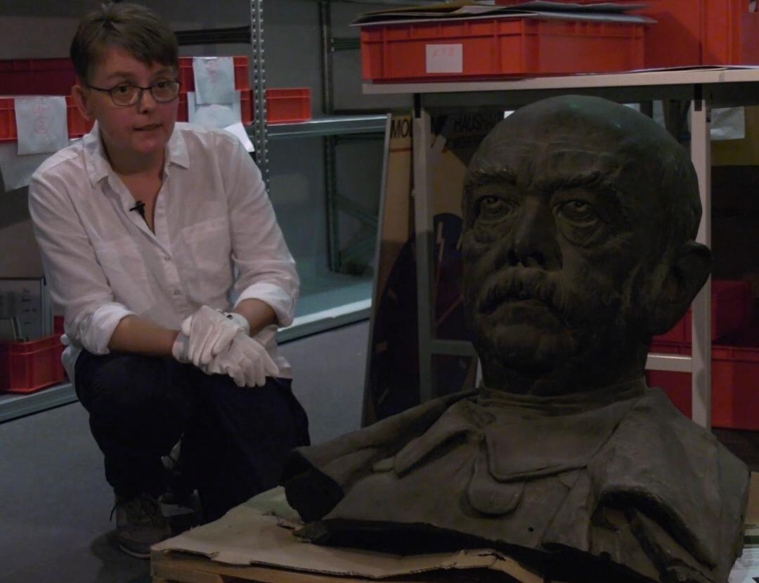 Dokumentationssachbearbeiterin Jana Piontek mit dem Kopf des Bismarckdenkmals