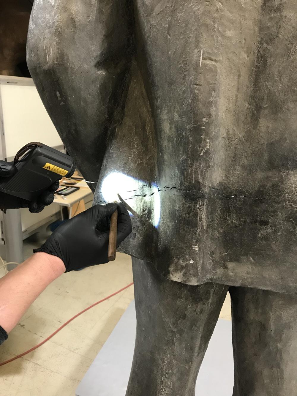 Eine Statue wird in unserem Depot restauriert