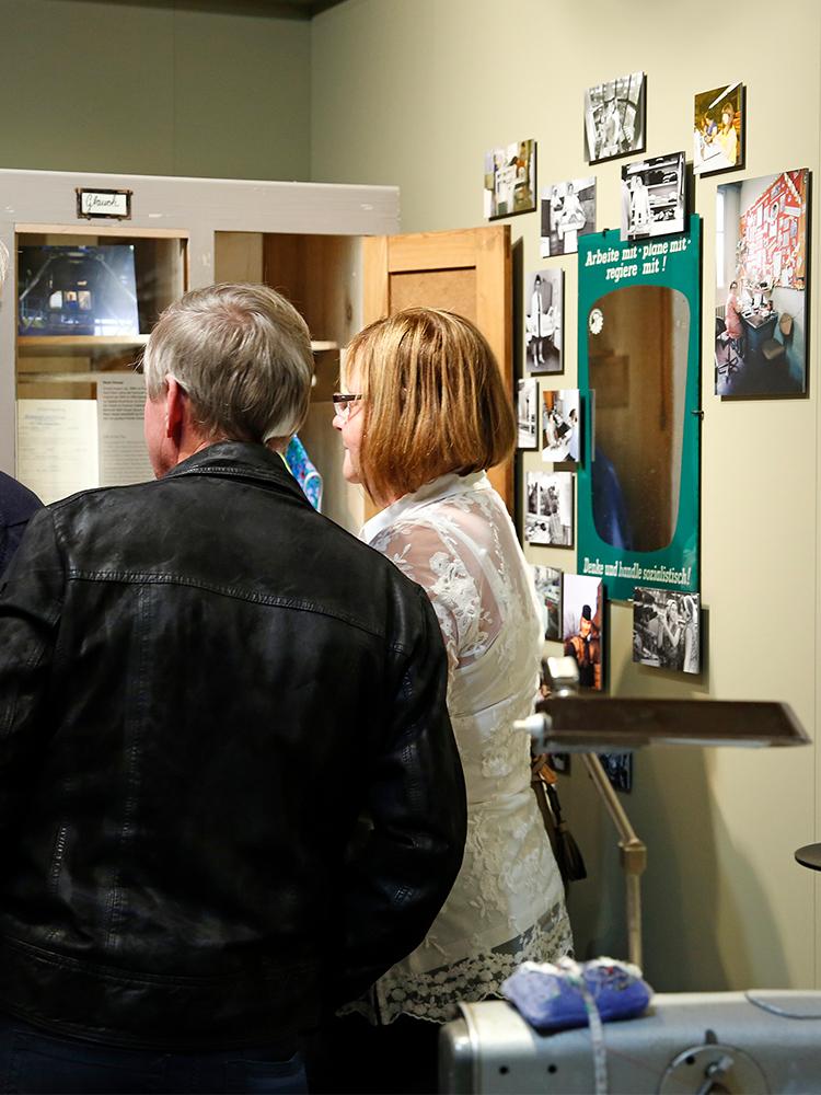 Besucher informieren sich über den Arbeitsalltag in der DDR