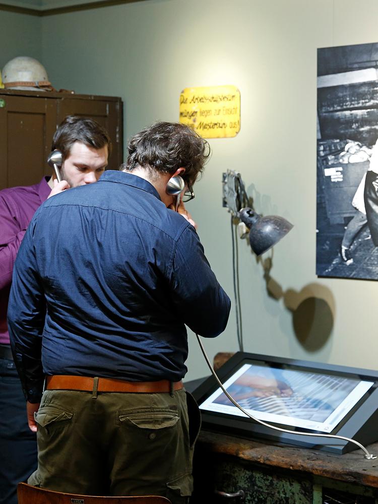 Besucher im Bereich Arbeitsalltag in der DDR