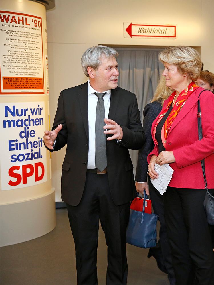 Jürgen Reiche und Monika Grütters in der Ausstellung