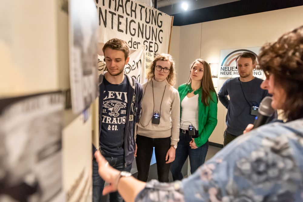 Besuchergruppe in der Dauerausstellung