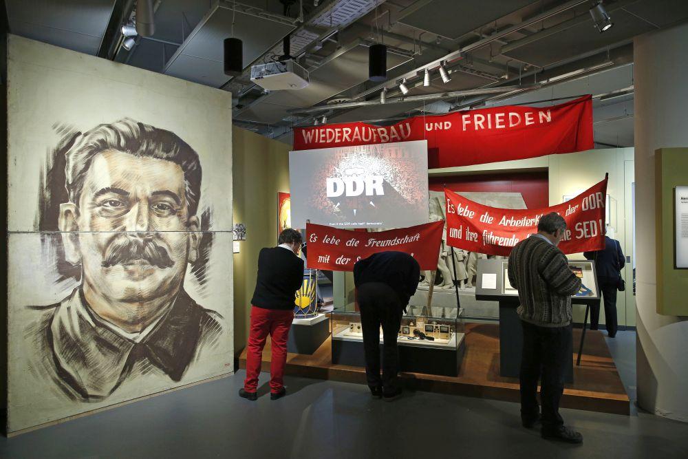 Besucher im Ausstellungsbereich zum Thema Herrschaftssysteme in der DDR