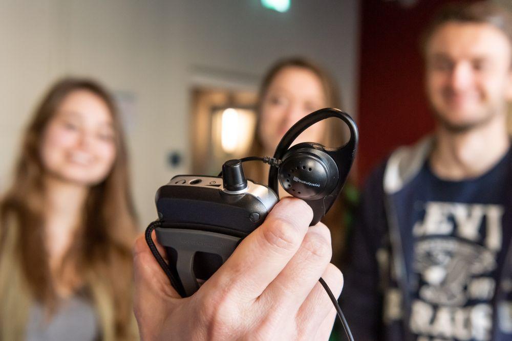 Besucher erhalten Hörsysteme