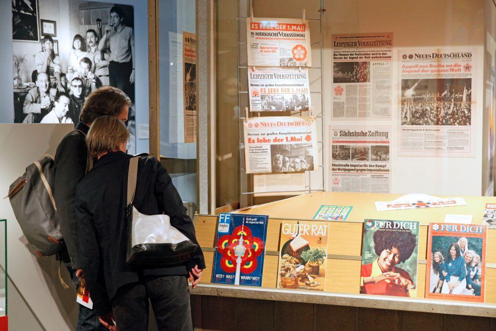 Besucher vor dem Kiosk in der Dauerausstellung