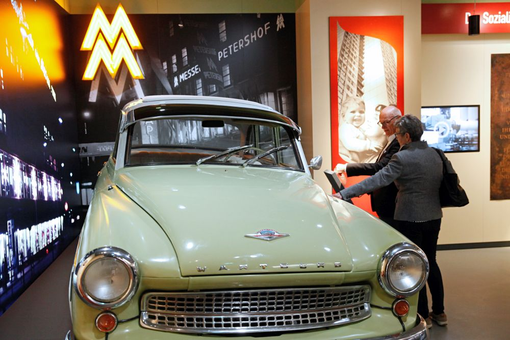 Visitors in front of the 'Wartburg' car