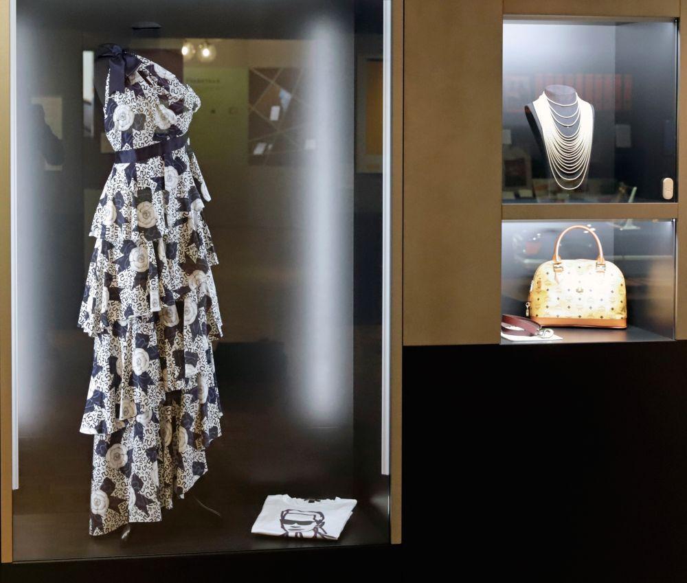 Abendkleid von Karl Lagerfeld für Chanel, Museum für Kunst und Gewerbe und Jubiläumskordel, Wellendorff Gold-Creationen GmbH & Co. KG