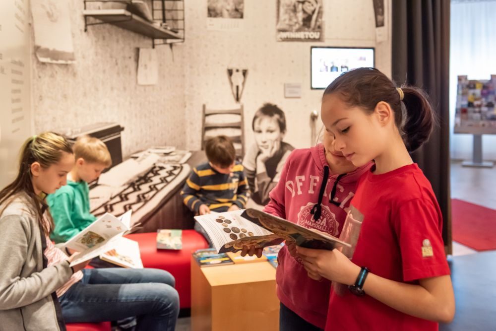 Children reading at the entrance of the exhibition