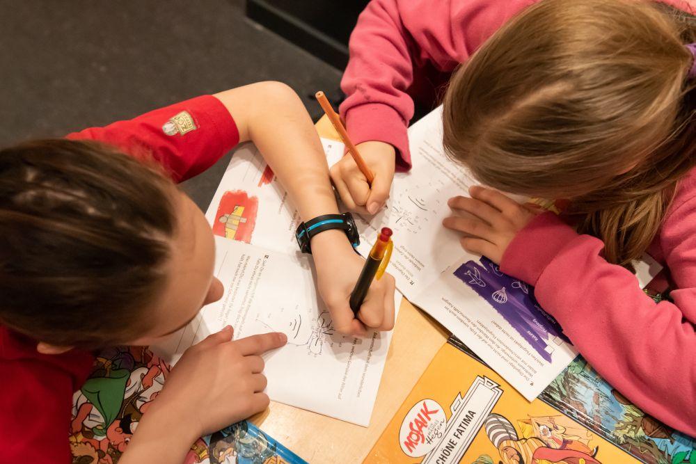 Kinder füllen das Mosaik-Quiz aus