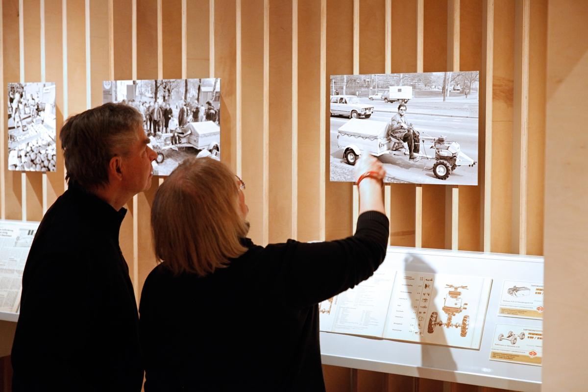 Motorisierte Gefährte in der Ausstellung