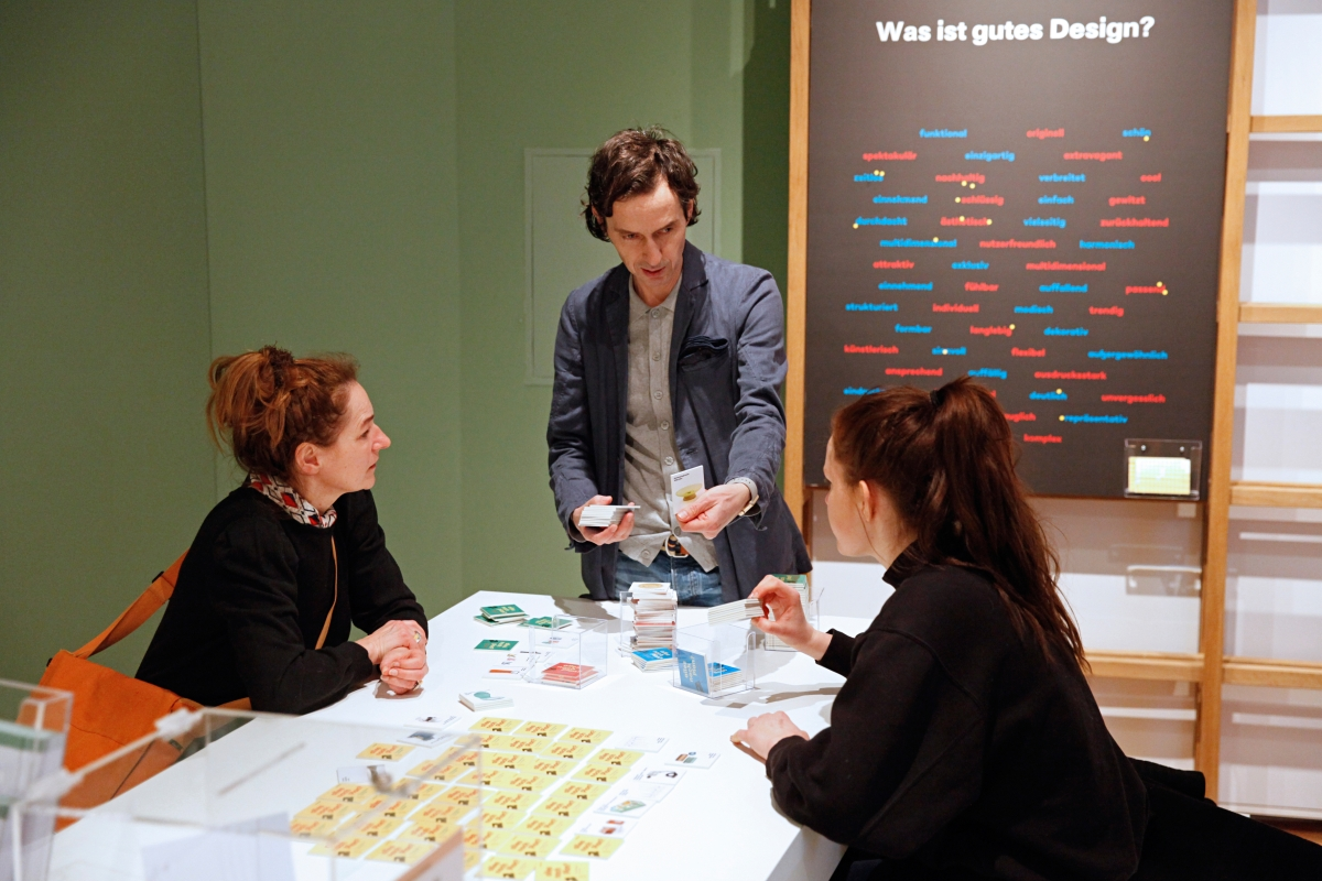 Besucher beim Ausstellungsthema Was ist gutes Design?