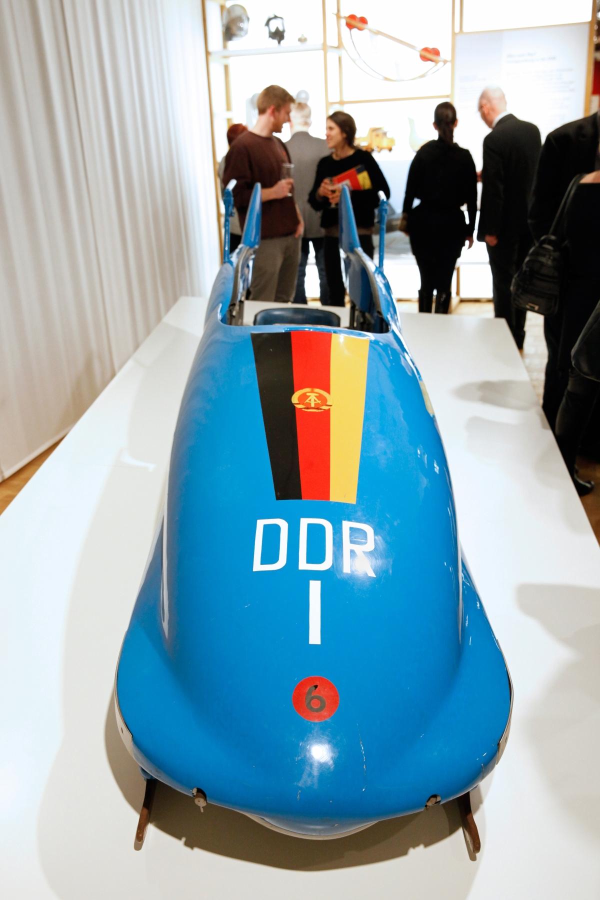 Bobschlitten mit DDR-Flagge