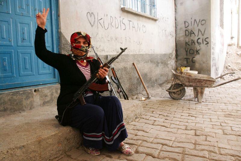 PKK-Kämpferin in der kurdisch geprägten Stadt. Silvan Türkei 2015
