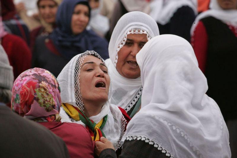 Trauernde Angehörige in der kurdisch geprägten Stadt Silvan. Türkei, 2015