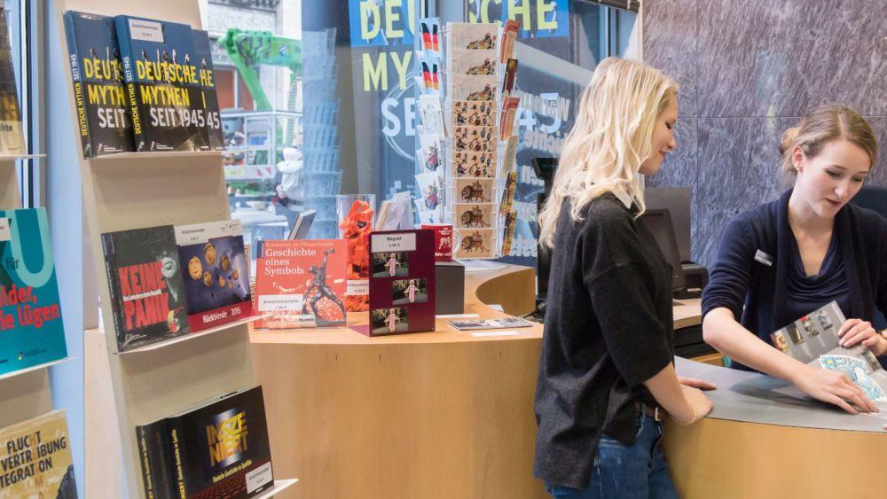 Besucherin am Shop
