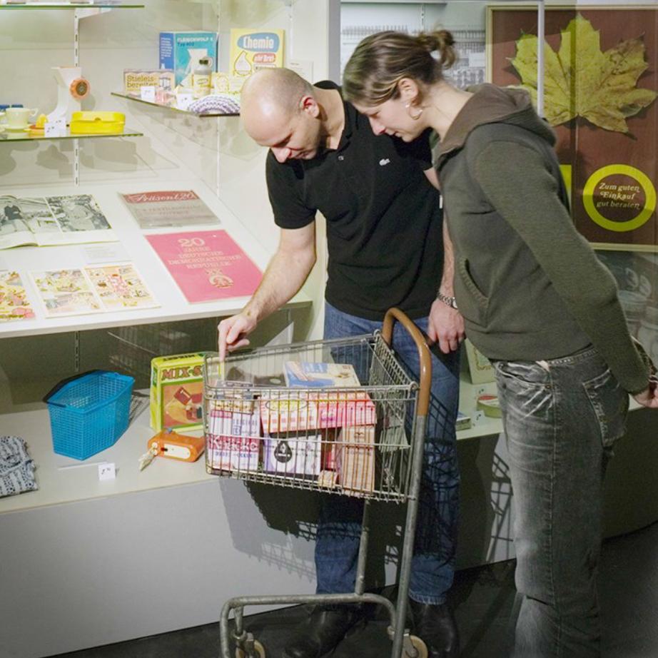 Besucherinnen und Besucher am Einkaufswagen