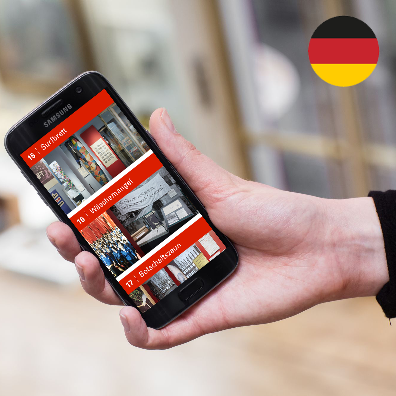 Hand hält Smartphone mit Audioguide