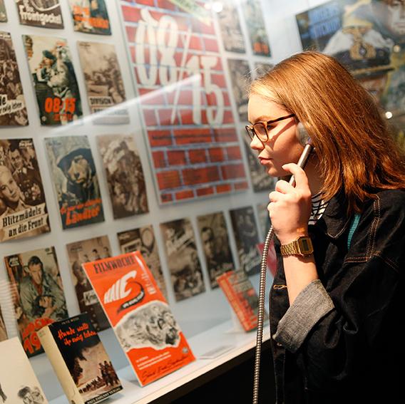 Besucherin in der Ausstellung