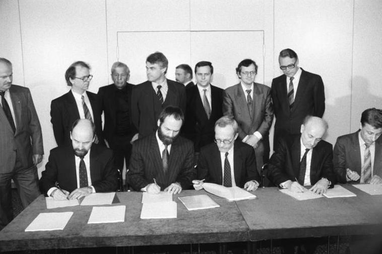 Bundesarchiv Bild 183-1990-0412-019, Berlin,Oberst, Klaus Unterzeichnung der Koalitionsvereinbarungen