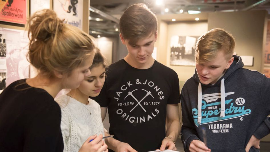 Jugendliche im Zeitgeschichtlichen Forum Leipzig