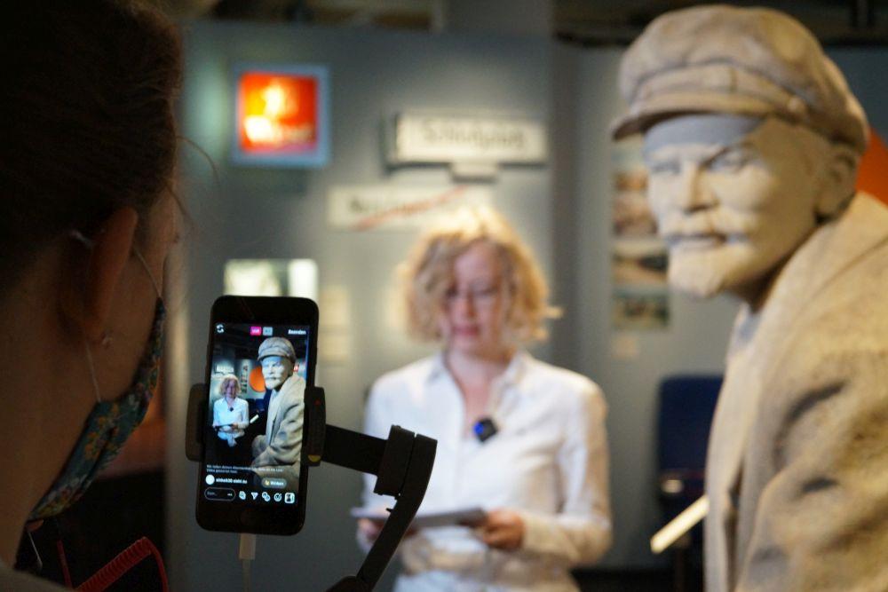 Direktorin Uta Bretschneider bei einem Live-Rundgang in der Dauerausstellung