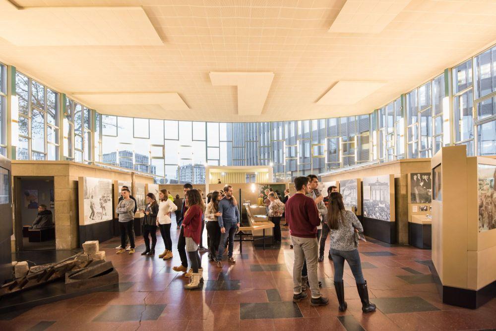 Blick von hinten über den ganzen Innenraum des Tränenpalastes und die Ausstellung mit vielen Besuchern