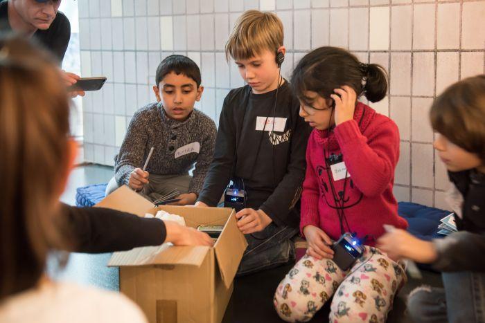 Kinder packen gemeinsam ein Westpaket
