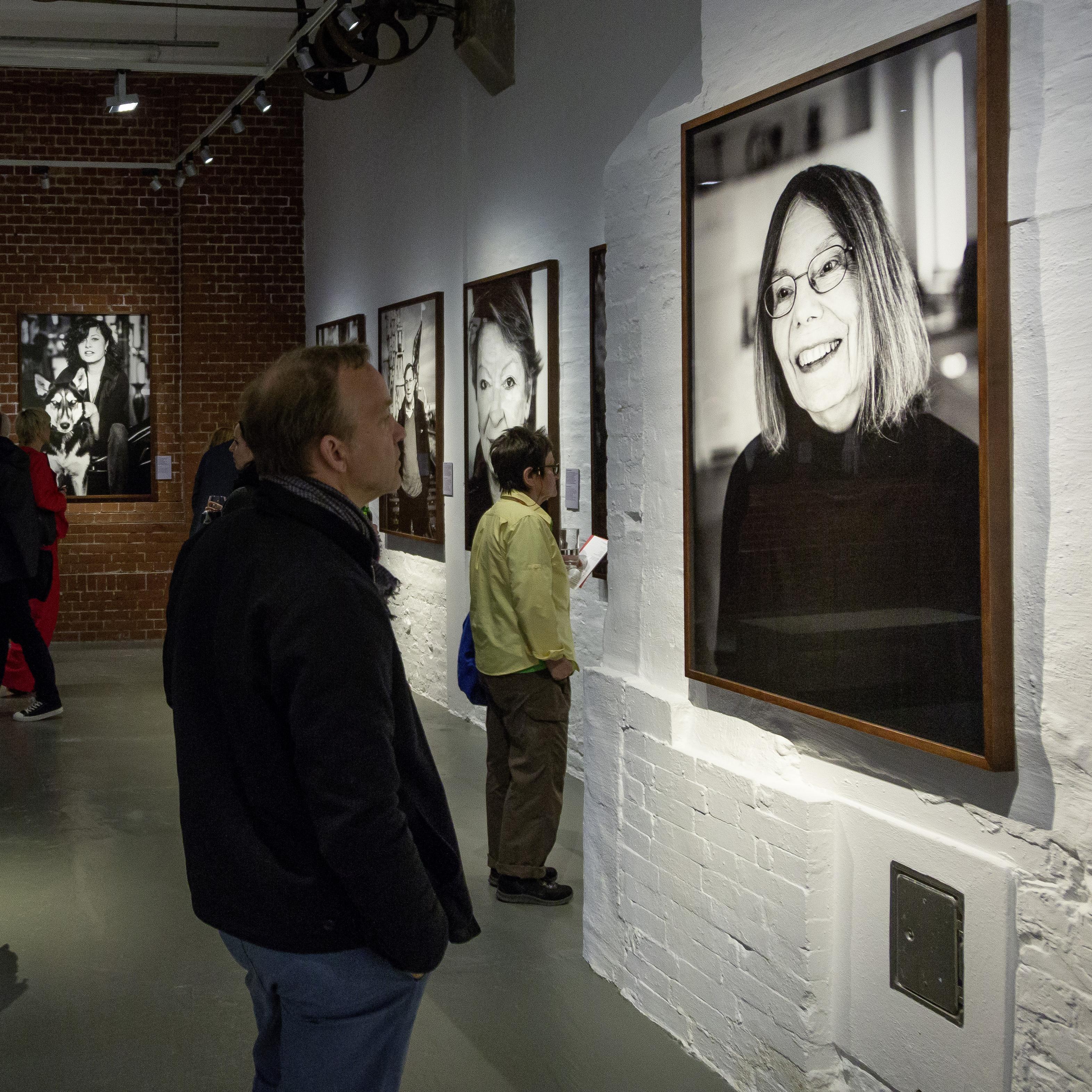 Besucher betrachtet ein Foto von Gretchen Dutschke
