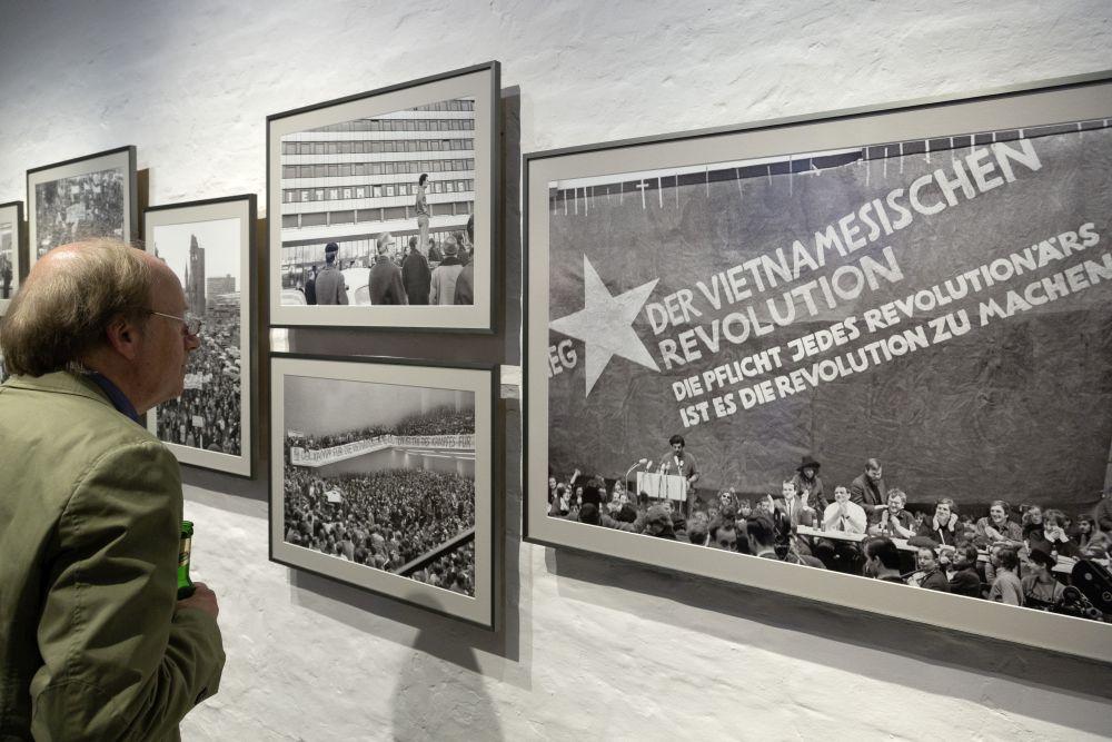 Besucher vor einem Foto zum Vietnam-Kongress