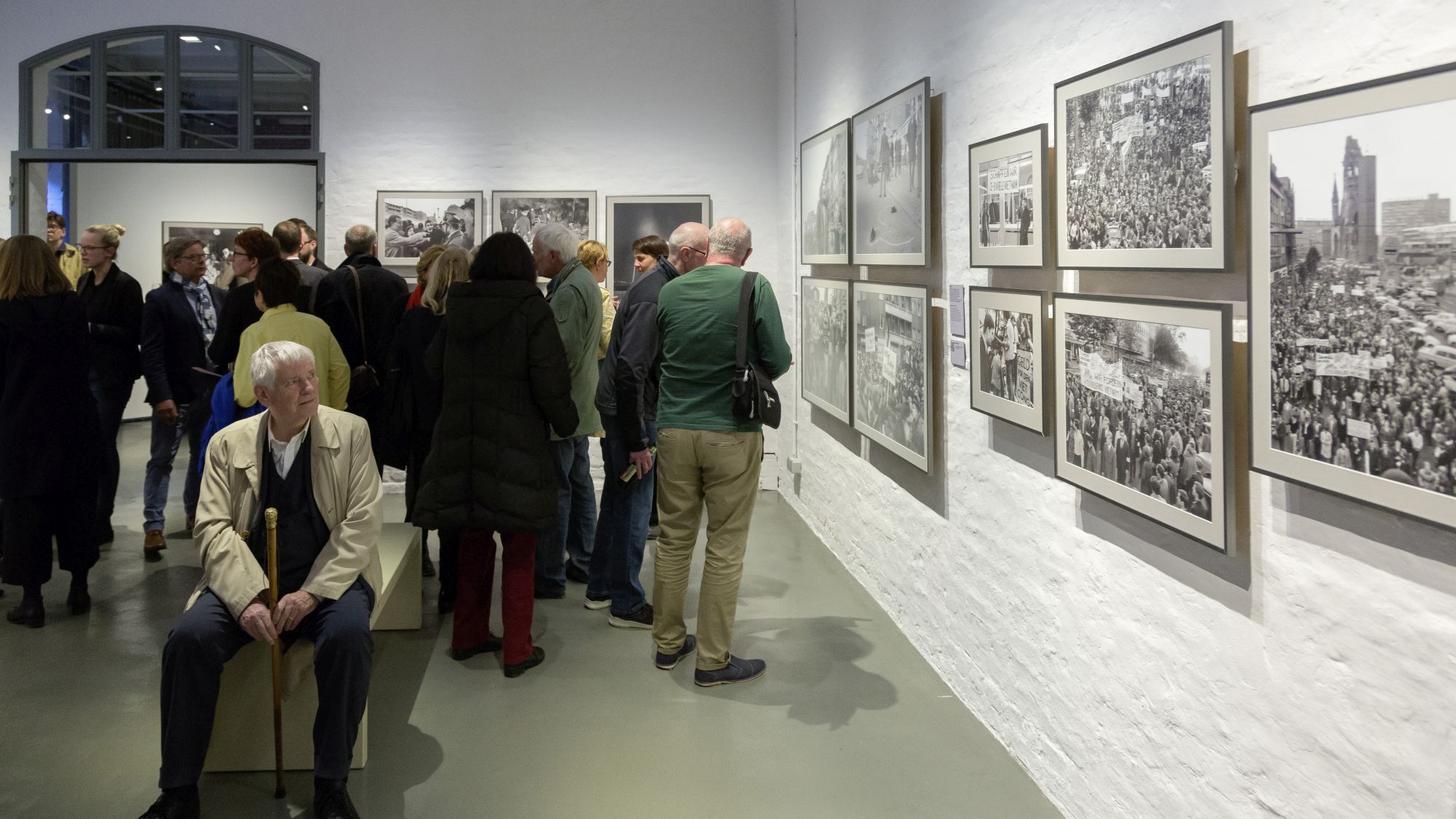 Otto Schily looks at photos in the exhibition
