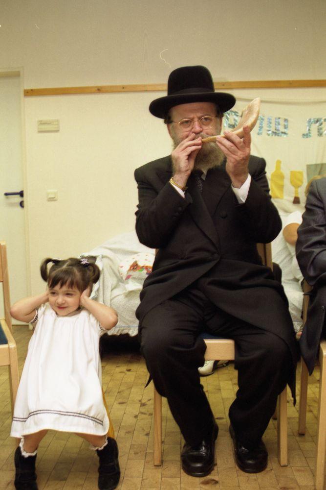Zur Feier des jüdischen Neujahrsfests Rosch Haschana in einem Frankfurter Kindergarten bläst der Rabbiner den Schofar (Widderhorn)